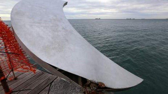 Έριξαν έργο τέχνης στον βυθό της θάλασσας. 'Το φεγγάρι δεν είναι κανενός ή είναι όλων'