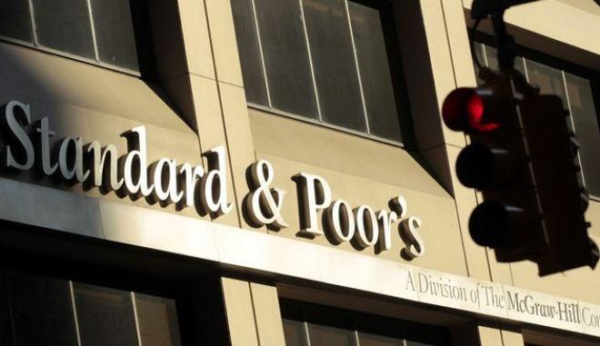 Απρόσμενη υποβάθμιση της Ελλάδας από τη Standard & Poor's