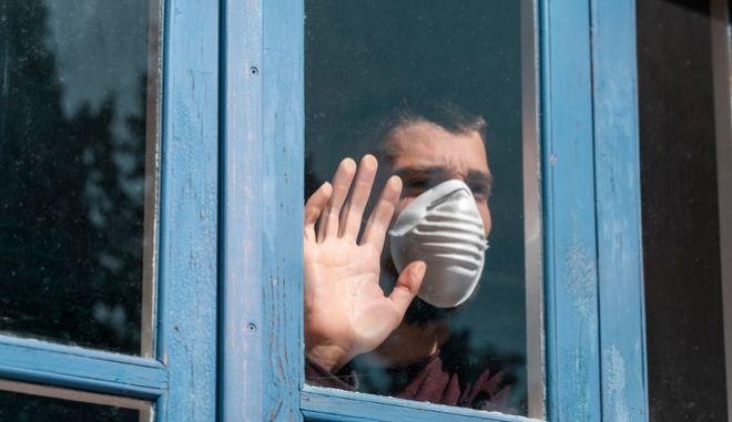 Ένας άνδρας με μάσκα