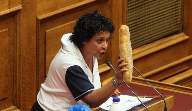 Στιγμιότυπο από την συζήτηση στην ολομέλεια της βουλής του Ν/Σ για τα πιστωτικά Ιδρύματα,όπου η βουλευτής του ΚΚΕ Λιάνα Κανέλλη παραδίδει από το βήμα της βουλής μια φρατζόλα ψωμί και ένα μπουκάλι γάλα,Πέμπτη 22 Σεπτεμβρίου 2011 (EUROKINISSI/ΓΙΑΝΝΗΣ ΠΑΝΑΓΟΠΟΥΛΟΣ)