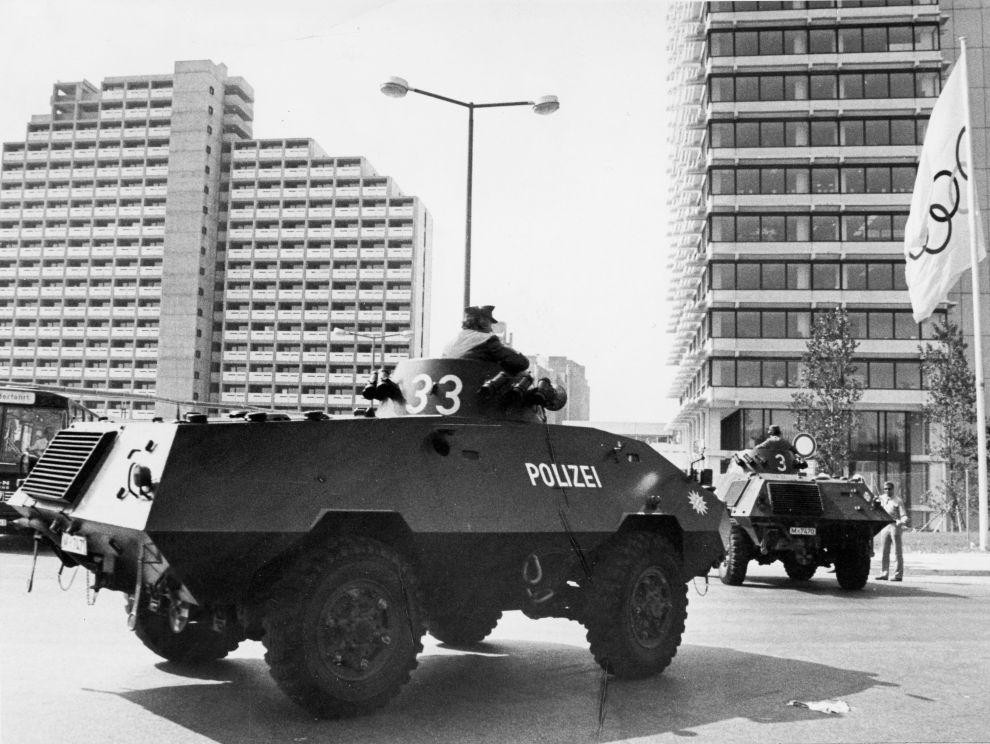Τεθωρακισμένα της αστυνομίας εισέρχονται στο Ολυμπιακό Χωριό για να πάρουν θέσεις γύρω από το κτίριο όπου οι Παλαιστίνιοι κρατούσαν τους Ισραηλινούς ομήρους (5/9/1972).