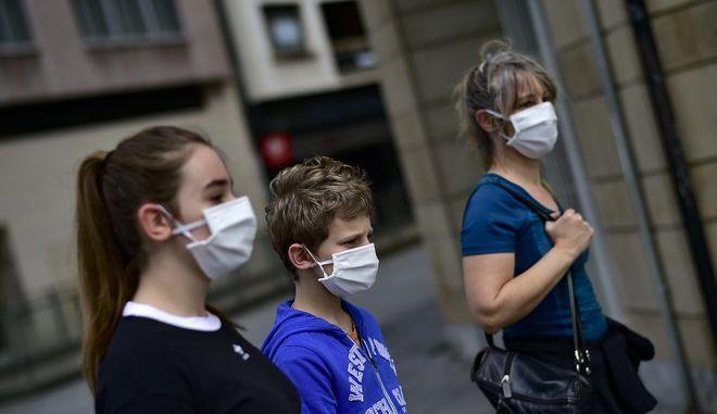 Οικογένεια με μάσκες στην Ισπανία
