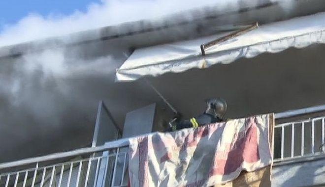 Πυροσβέστες επιχειρούν στο διαμέρισμα στην Τούμπα που έπιασε φωτιά