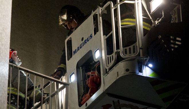 Πυροσβέστες επιχειρούν σε πυρκαγιά.