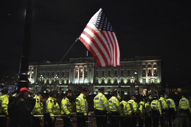 Πλήθος κόσμου έξω από το παλάτι του Μπάκιγχαμ