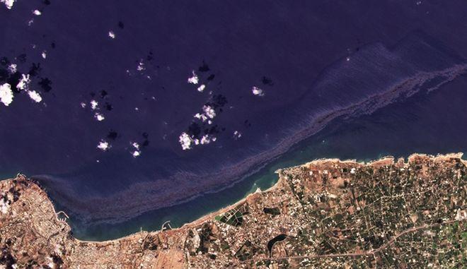 Η πετρελαιοκηλίδα όπως φαίνεται απο δορυφόρο στις ακτες της Συρίας.
