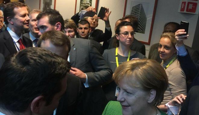 Η σύντομη συνάντηση Τσίπρα- Μέρκελ στις Βρυξέλλες