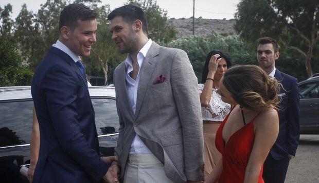 Οι παίκτες Δημήτρης Αγραβάνης και Κώστας Παπανικολάου στο γάμου του Γιώργου Πρίντεζη στη Βάρκιζα