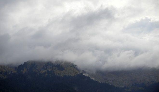 Σύννεφα σκεπάζουν κορυφές βουνών της νότιας Πίνδου. Η Νότια Πίνδος καταλαμβάνει το Δυτικό και Νότιο μέρος του νομού Τρικάλων και θεωρείται η καρδιά της οροσειράς. Δεκάδες ψηλές κορυφές, πλούσια δάση ελάτης, παρόχθια δάση πλατύφυλλων και ένας δαίδαλος από νερά που έρχονται από παντού δημιουργούν το απόλυτο ορεινό τοπίο. Η φύση εδώ αποκαλύπτεται με το πιο άγριο πρόσωπο της και οι διαδρομές γύρω από το ρέμα αποζημειώνουν τον ταξιδιώτη με αναρίθμητες συναντήσεις, ανακαλύψεις και εικόνες. (EUROKINISSI/ΘΑΝΑΣΗΣ ΚΑΛΛΙΑΡΑΣ)