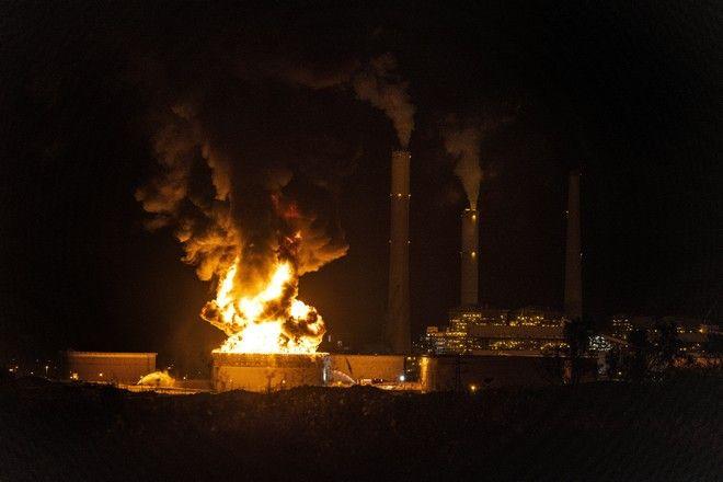 Η δεξαμενή πετρελαίου καίγεται κοντά στην πόλη Ashkelon του Ισραήλ
