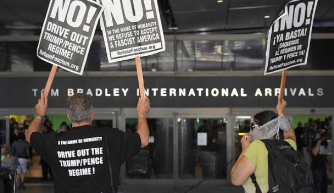Ακτιβιστές διαμαρτύρονται έξω από τον τερματικό σταθμό του Διεθνούς Αεροδρομίου Tom Bradley στο Λος Άντζελες για την πολιτική Τραμπ περί απαγόρευσης εισόδου