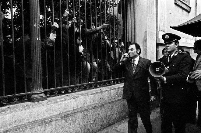 Ο εισαγγελέας Τζεβάς με την ντουντούκα καλεί τους φοιτητές να εγκαταλείψουν το Πολυτεχνείο
