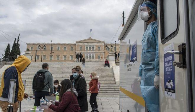 Κλιμάκιο του ΕΟΔΥ διενεργεί rapid tests στην Πλατεία Συντάγματος.