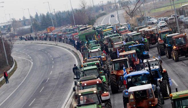 Μπλόκο των αγροτών από τη Θεσσαλία στον κόμβο της Νίκαιας στη Λάρισα τον Ιανουάριο του 2019
