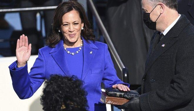 H Κάμαλα Χάρις ορκίζεται αντιπρόεδρος των ΗΠΑ από την δικαστή Σόνια Σοτομαγιόρ, ενώ ο σύζυγός της κρατά την Βίβλο