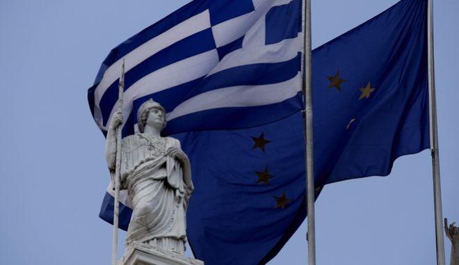 ΕΛΛΗΝΙΚΗ ΣΗΜΑΙΑ ΚΑΙ ΣΗΜΑΙΑ ΤΗΣ ΕΥΡΩΠΑΙΚΗΣ ΕΝΩΣΗΣ. (EUROKINISSI/ ΠΑΝΑΓΟΠΟΥΛΟΣ ΓΙΑΝΝΗΣ)