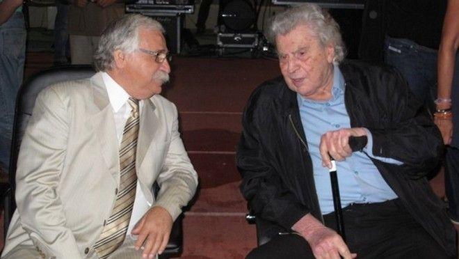 Ο μεγάλος συνθέτης στην εκδήλωση του Εργοτέλη το 2012, με τον αείμνηστο πρόεδρο της κρητικής ομάδας, Απόστολο Παπουτσάκη