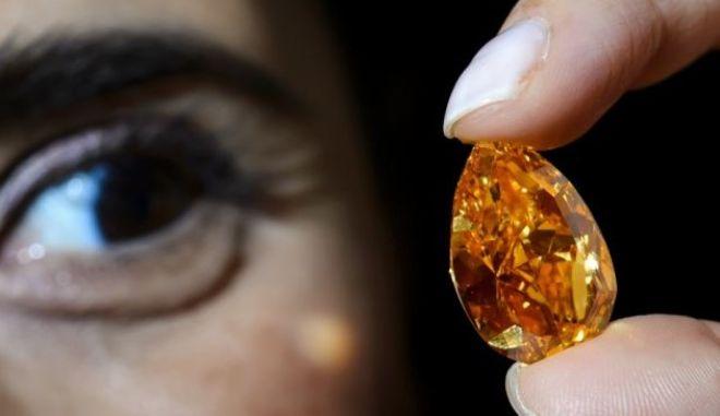 Σπάνιο πορτοκαλί διαμάντι πωλήθηκε για 35 e49c2b57340