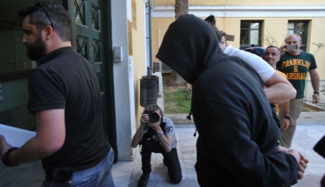 Ο 30χρονος που κατηγορείται για επιθέσεις κατά γυναικών στην ευρύτερη περιοχή του Αμαρουσίου οδηγείται στον εισαγγελέα το απόγευμα της Τετάρτης 25 Μαΐου 2016. Ο 30χρονος άνδρας ο οποίος συνελήφθη στη Φιλοθέη, μετά από αστυνομική επιχείρηση, τα ξημερώματα επιτέθηκε σε μια γυναίκα, στην περιοχή του Ολυμπιακού Σταδίου και προσπάθησε να τη φιμώσει με μονωτική ταινία. Η γυναίκα έβαλε τις φωνές και περίοικοι που την άκουσαν ειδοποίησαν την αστυνομία. Η Αστυνομία τον αναζητούσε για πέντε συνολικά επιθέσεις σε βάρος γυναικών.  (EUROKINISSI/ΑΝΤΩΝΗΣ ΝΙΚΟΛΟΠΟΥΛΟΣ)