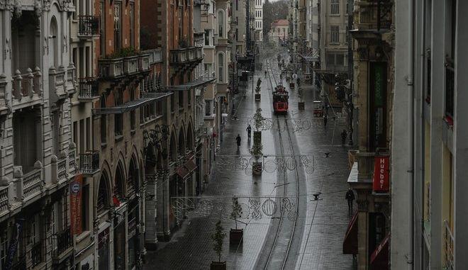 Ο κεντρικός εμπορικός δρόμος στην Κωνσταντινούπολη Ιστικλάλ εν μέσω πανδημίας κορονοϊού