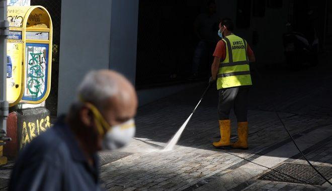 Μάσκα και απολύμανση κατά του κορονοϊού στην Αθήνα.