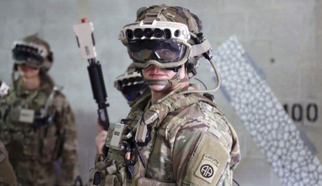 """Το στιγμιότυπο είναι από τον Οκτώβριο του 2020, με στρατιώτη να φορά το σύστημα αυξανόμενης όρασης (visual augmentation) του στρατού. Το AR headset της Microsoft θα παρέχει πολλές περισσότερες 'υπηρεσίες' """"με στόχο τη βελτίωση της συνεργασίας και τη λήψη των καλύτερων δυνατών αποφάσεων""""."""
