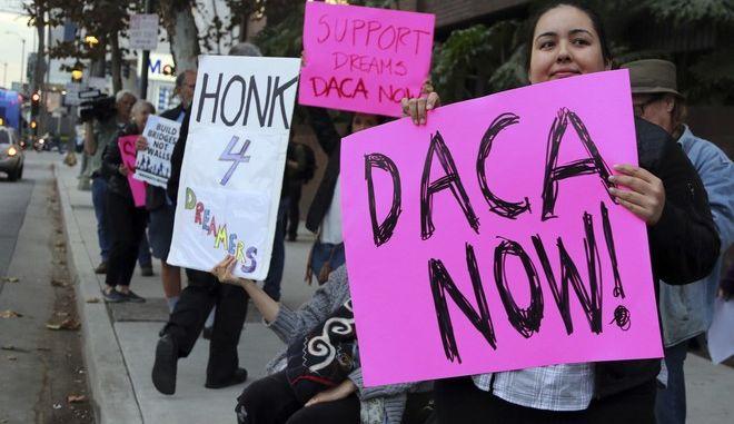 Δικαστικό ράπισμα σε Τραμπ: Συνεχίζεται η DACA για την προστασία παιδιών μεταναστών