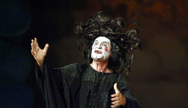Απο παράσταση στην Επίδαυρο με τον Θύμιο Καρακατσάνη, το 2006.
