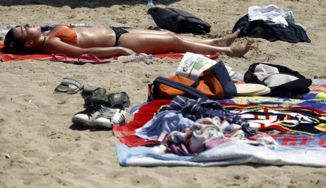 Στιγμιότυπο απο παραλία στην Αττική όπου Αθηναίοι βρηκαν τον χρόνο να κάνουν το μπάνιο τους ενώ η θερμοκρασία θα φτάσει κοντά στους 40 το Σαββατοκύριακο  (EUROKINISSI / ΧΑΣΙΑΛΗΣ ΒΑΪΟΣ)