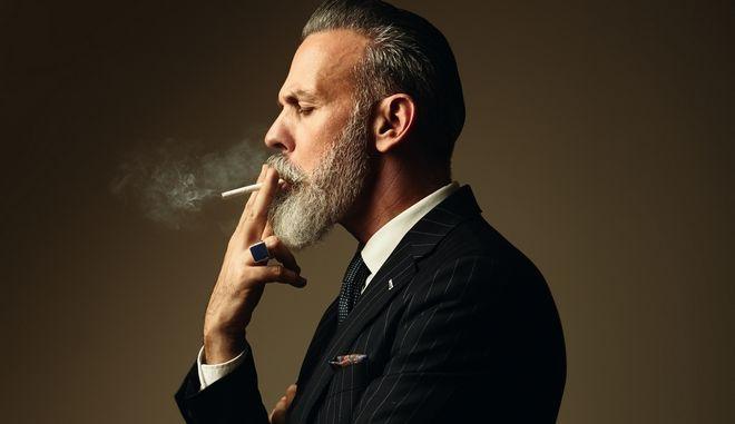 Άντρας καπνίζει τσιγάρο