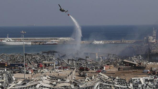 Ελικόπτερο του στρατού στη Βηρυτό ρίχνει νερό στο λιμάνι της Βηρυτού, που καταστράφηκε από τις φονικές εκρήξεις