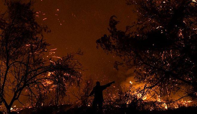 Ολονύχτια μάχη από τους πυροσβέστες να μην ξεσπάσουν νέα μέτωπα