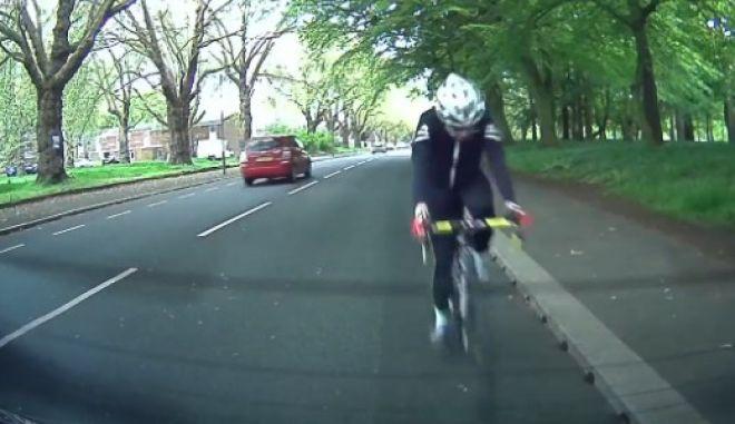 Βίντεο: Ο απρόσεκτος ποδηλάτης γίνεται 'χαλκομανία' στο πίσω τζάμι σταματημένου αυτοκινήτου
