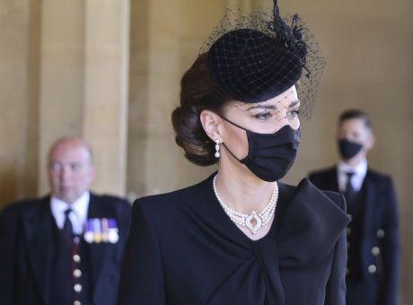 Πρίγκιπας Φίλιππος: Με κοσμήματα της βασίλισσας η Κέιτ Μίντλετον στην κηδεία - Κόσμος | News 24/7