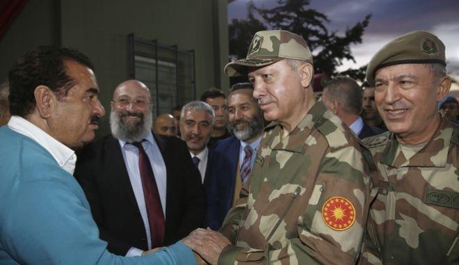 Ο Ερντογάν με τον τούρκο αρχηγό ΓΕΕΘΑ, Χουλουσί Ακάρ