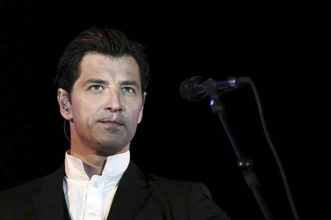 Pop star Sakis Rouvas sings `Axion Esti` of Mikis Theodorakis, at Nea Smyrni square, on May 2, 2015 /      ` `   ,     ,  2 , 2015