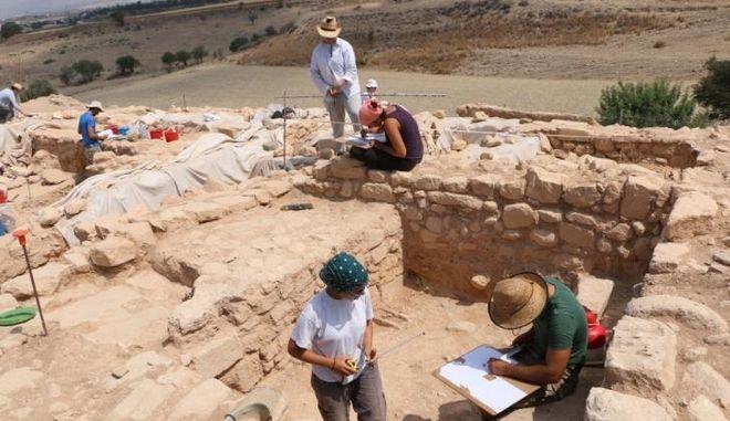 Εντυπωσιακό λίθινο τείχος αποκαλύφθηκε στα Κούκλια της Πάφου