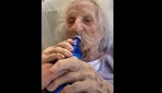 Το λέει η καρδιά της: Γιαγιά 103 ετών νίκησε τον κορονοϊό και το γιόρτασε με μια μπύρα