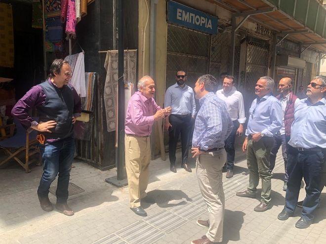 Τσίπρας: Χαλαρή βόλτα στην Αθήνα και συζήτηση με καταστηματάρχες