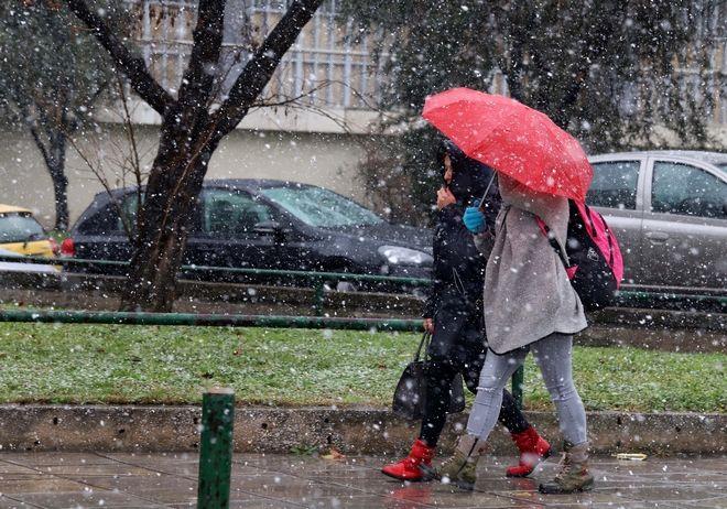 Χιονίζει απ' το πρωί στο κέντρο της Θεσσαλονίκης