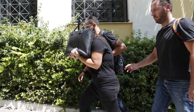 ΑΘΗΝΑ-Στον ανακριτή η 26χρονη που κατηγορείται ότι το βράδυ της Τετάρτης στο Κορωπί σκότωσε με πέντε μαχαιριές,  την 35χρονη πρώην σύζυγο του συντρόφου της.(Eurokinissi-ΣΤΕΛΙΟΣ ΜΙΣΙΝΑΣ)