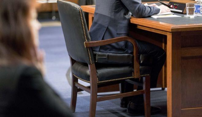 Ο Μαρκ Ζάκερπεργκ καταθέτει στο Κογκρέσο καθισμένος σε ένα μαξιλάρι