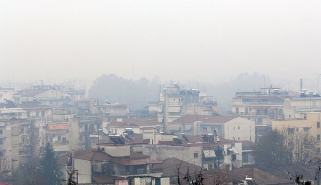 """Περιορισμένη η ορατότητα από το πρωί των Χριστουγέννων, Τετάρτη 25 Δεκεμβρίου 2013, στην πόλη των Τρικάλων και έντονη η μυρωδιά του καμένου ξύλου, αφού από το απόγευμα της Τρίτης τα τζάκια και οι ξυλόσομπες άναψαν στο φουλ με τις καιρικές συνθήκες να ευνοούν, αφού και χαμηλές θερμοκρασίες υπήρχαν , υγρασία αλλά και άπνοια. Έτσι το πρωί τα Τρίκαλα είναι """"πνιγμένα"""" στην αιθαλομίχλη και όπως φαίνεται κανείς δεν συμμορφώθηκε με τις συμβουλές των Υπουργείων Υγείας και Περιβάλλοντος """"να περιορίσουν κατά το δυνατό την άσκοπη χρήση τζακιών""""."""
