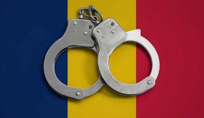 Χειροπέδες μπροστά από τη σημαία του Τσαντ