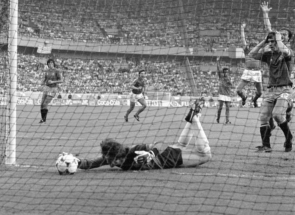 Η μπάλα έχει γλιστρήσει από τα χέρια του Αρκονάδα μετά το φάουλ του Πλατινί και κυλάει στην ισπανική εστία (27/6/1984).