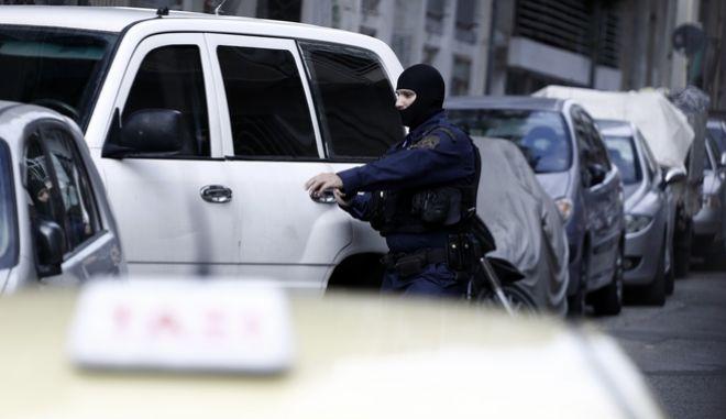 Έρευνες της Ελληνικής Αστυνομίας σε σπίτι στο κέντρο της Αθήνας, το Σάββατο 28 Οκτωβρίου 2017. Η αντιτρομοκρατική ανακοίνωσε πως συνέλαβε τις πρωινές ώρες του Σαββάτου 28/10 τον αποστολέα του εκρηκτικού μηχανισμού σε φάκελο ο οποίος εξερράγη στα χέρια του πρώην πρωθυπουργού Λουκά Παπαδήμου τραυματίζοντάς τον σοβαρά.  (EUROKINISSI/ΓΙΩΡΓΟΣ ΚΟΝΤΑΡΙΝΗΣ)