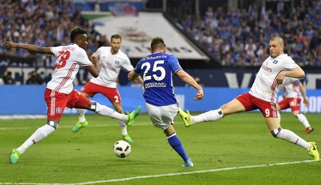 Hamburg's Bakery Jatta and Hamburg's Kyriakos Papadopoulos, right, challenge for the ball with Schalke's Klaas Jan Huntelaar, center, during the German Bundesliga soccer match between FC Schalke 04 and Hamburger SV in Gelsenkirchen, Germany, Saturday, May 13, 2017. (AP Photo/Martin Meissner)