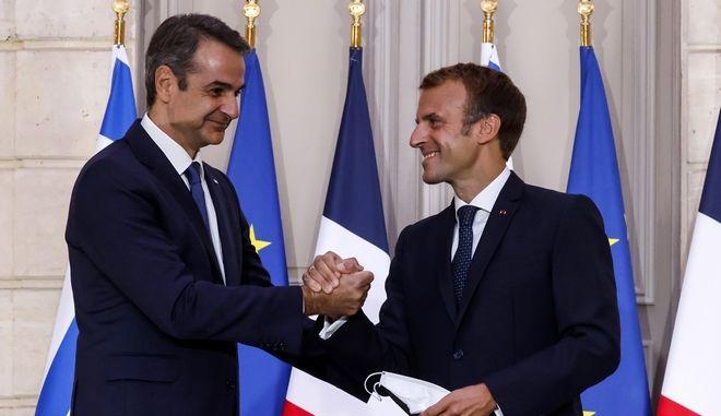 Χειραψία του πρωθυπουργού Κυριάκου Μητσοτάκη με τον Γάλλο πρόεδρο Eμμανουέλ Μακρόν