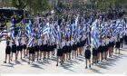 Σημαιοφόροι μαθητές σε παρέλαση εθνικής επετείου