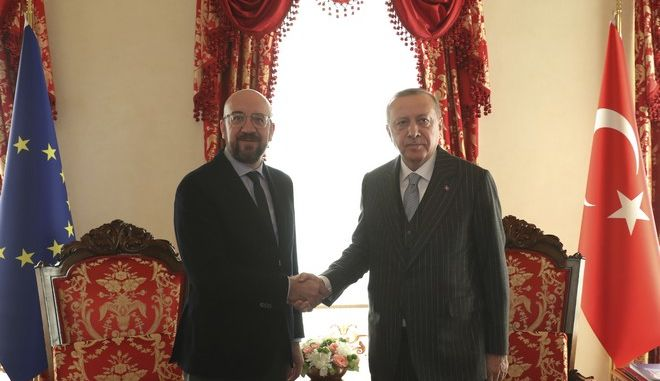 Ο Σαρλ Μισέλ και ο Ρετζέπ Ταγίπ Ερντογάν κατά την συνάντησή τους στην Κωνσταντινούπολη